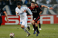 FOOTBALL - UEFA EUROPA LEAGUE 2009/2010 - 1/8 FINAL - 2ND LEG - OLYMPIQUE MARSEILLE v BENFICA - 18/03/2010 - PHOTO PHILIPPE LAURENSON / DPPI - LUCHO GONZALEZ (OM) / JAVI GARCIA (LIS)