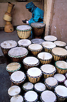 Mali, Bamako, marchand de percussion // Mali, Bamako, drum shop