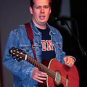 Uitreiking Pall Mall exportprijs 1998, Thomas Acda met gitaar