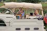 Nederland, Mook, 16-8-2020 Het kanaaltje van de Maas naar de Mookse plas wordt deze dag met het warme weer veel gebruikt door mensen met een boot om een stuk over de rivier de Maas te varen . De Maas wordt via stuwen kunstmatig op peil gehouden. De jachthaven Eldorado is een grote haven voor de recreatieve vaart .Foto: ANP/ Hollandse Hoogte/ Flip Franssen