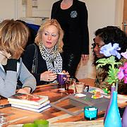 NLD/Amstrdam/20130123 - Nationale Voorleesdag op de basisschool Corantijn te Amsterdam, Minister van Onderwijs Jet Bussemaker in gesprek met Maren Stoffels en Zarayda Groenhart