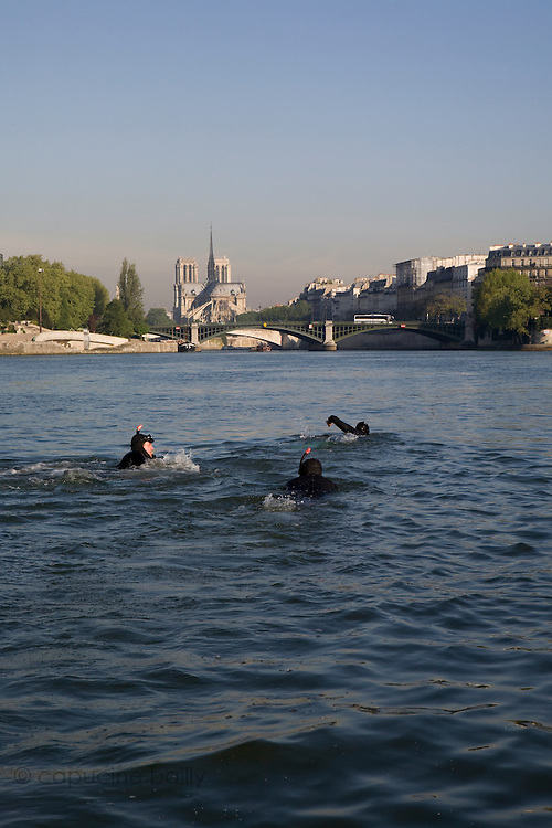 Paris, France. 30 Avril 2009..Brigade Fluviale de Paris..8h41 En entrainement de natation (pendant une heure environ)...Paris, France. April 30th 2009..Paris fluvial squad..8:41 am Swimming training (about an hour).