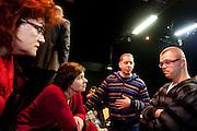 Kandidaat-voorzitter van het CDA Ruth Peetoom (tweede links) praat met een acteur  en de regisseur (midden) van het gezelschap Kamak. Ruth Peetoom is op bezoek bij de theatergroep Kamak in Hengelo. Bij de theatergroep acteren verstandelijk gehandicapten en wordt onder meer via AWBZ betaald