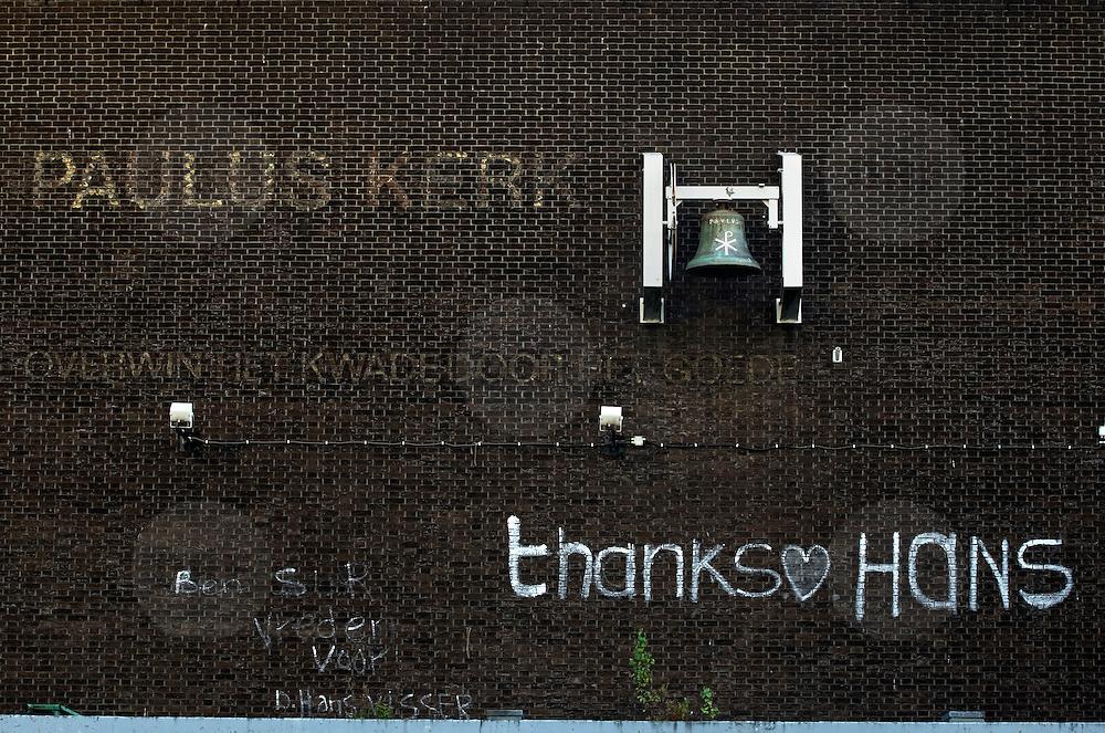"""Nederland Rotterdam 3 september 2007 ..Dankbetuiging,  """" thanks hans """",  op de gevel de inmiddels gesloten opvang voor verslaafden en daklozen. De pauluskerk zal binnenkort gesloopt gaan worden  ..Foto David Rozing"""