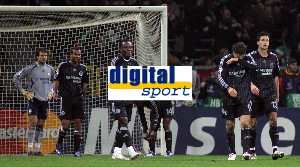 Photo: Paul Thomas.<br /> Werder Bremen v Chelsea. UEFA Champions League, Group A. 22/11/2006.<br /> <br /> Dejected Chelsea after Bremen score.