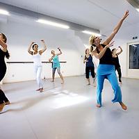 Nederland,  Amsterdam, 10 september 2011..Sukha Nia.Sukha betekent levensvreugde in het Sanskriet..Nia staat voor 'Neuromuscular Integrative Action' maar ook voor .'Now I Am'. .Nia is leuk! Het is een nieuwe swingende work-out, waarbij het plezier van het bewegen centraal staat..? Nia is voor iedereen! Onafhankelijk van leeftijd of lichamelijke conditie. . .? Nia is gezond! Het traint het lichaam en geeft balans in body en mind..? Nia zindert! Je gaat letterlijk lekker in je lijf zitten..? Nia is als medicijn zonder bijwerking..Nia is een hybride van oosterse en westerse bewegingskunst. Het combineert de kracht en precisie van Tae Kwon Do, de concentratie en rust van Yoga en de fun en funk van Dans. .Op de foto in blauwe broek Marlouke Theeuwen gecertificeerde White Belt teacher Nia Technique.Foto:Jean-Pierre Jans