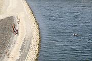 Nederland, nijmegen, 17-7-2018Mensen trekken massaal naar de oevers van de waal en de nieuwe spiegelwaal in het rivierpark aan de overkant van Nijmegen . Het nieuwe recreatiegebied is een aanwinst voor de stad en omgeving. Op de foto de kant van de soiegelwaalr. Door de langdurige droogte en hoge temperaturen is de waterstand laag . Jongens van buitenlandse, Eritrese afkomst zwemmen . Buitenlanders onderschatten vaak de gevaren van zwemmen in de rivier .Foto: Flip Franssen