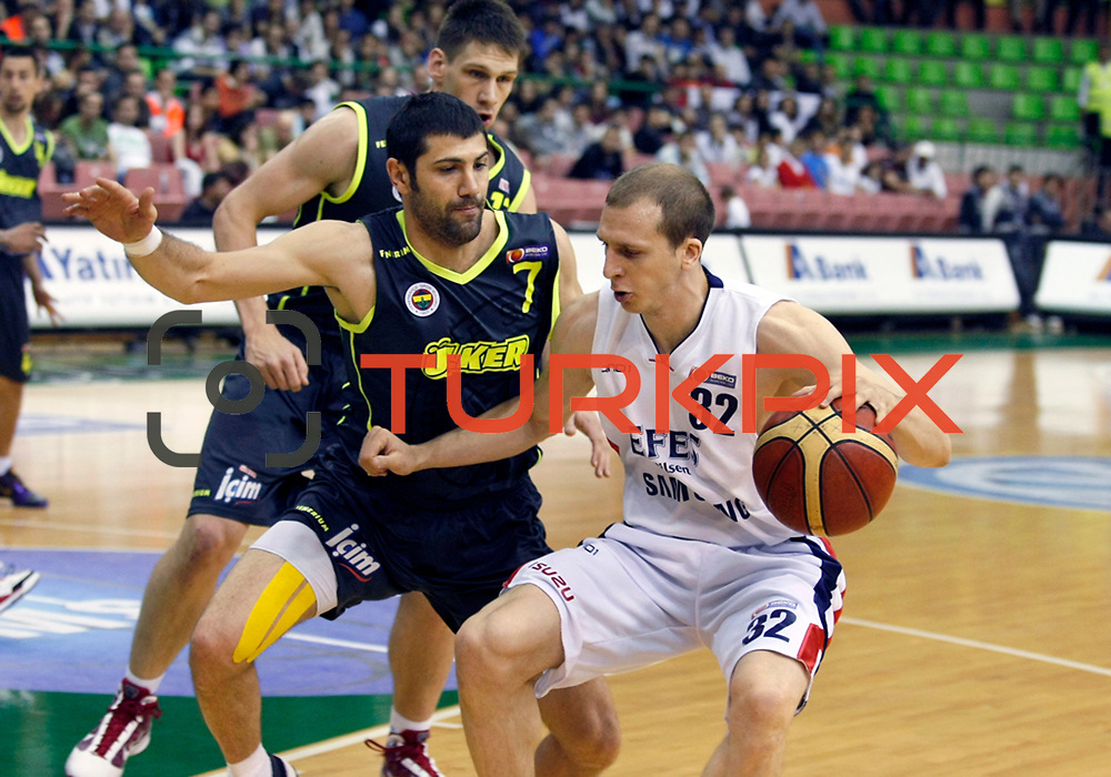 Efes Pilsen's Sinan GULER (R) and Fenerbahce Ulker's Omer ONAN (C) during their Turkish Basketball league Play Off Final second leg match Efes Pilsen between Fenerbahce Ulker at the Ayhan Sahenk Arena in Istanbul Turkey on Saturday 22 May 2010. Photo by Aykut AKICI/TURKPIX