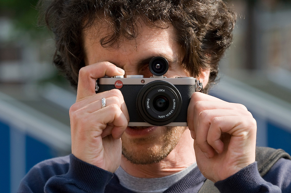 Nederland, Amsterdam, 14 aug 2010..Toeristen fotograferen in Amsterdam.  .Foto Michiel Wijnbergh..Tourists taken pictures in Amsterdam