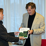 NLD/Huizen/20081111 - Overhandiging petitie handen af van het park aan wethouder gemeente Huizen