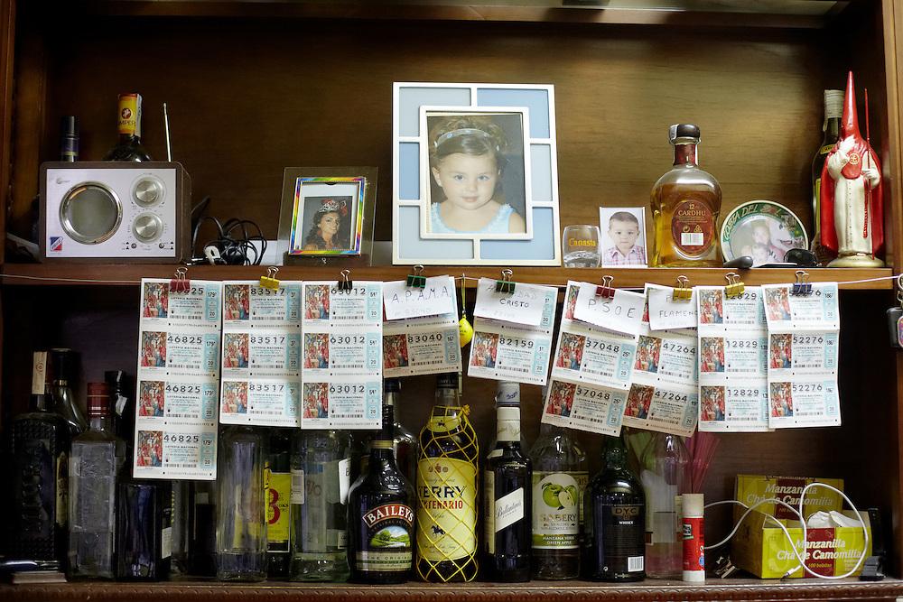 07/08/10. ALCALÁ DEL VALLE (CADIZ). El surtido de números de décimos de lotería es variado y extenso en todos los bares de Alcalá del Valle. Los alcalareños son grandes aficionados a estos sorteos y juegan todas las semanas, ya sea mientras están en España o cuando están en Francia. Vuelcan muchas de sus expectativas económicas en estos juegos de azar deseando que algún día un gran premio hará que puedan dejar de emigrar..FOTOGRAFIA: TONI VILCHES.