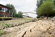 Nederland, Nijmegen, 21-8-2018 Door de aanhoudende droogte staat het water in de rijn, ijssel en waal extreem laag . Op de foto een strang in de waal bij nijmegen waar woonboten liggen . Schepen moeten minder lading innemen om niet te diep te komen . Hierdoor is het drukker in de smallere vaargeul . Door uitblijven van regenval in het stroomgebied van de rijn komt het record, laagterecord van 6,89 meter uit 2011in zicht . Foto: Flip Franssen