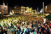 Nederland, Nijmegen, 20-7-2007Onlosmakelijk met de vierdaagse, 4daagse, zijn in Nijmegen de vierdaagse feesten, de zomerfeesten. Op 8 grote en 13 kleinere podia staat een keur aan artiesten, voor elk wat wils.Elke avond komen tegen de honderdduizend bezoekers naar de binnenstad. De politie heeft inmiddels grote ervaring met het spreiden van de mensen, het zgn. crowd control. Op de foto de Grote markt.Foto: Flip Franssen/Hollandse Hoogte