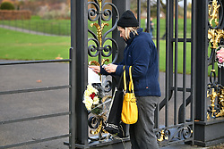 © Licensed to London News Pictures. 27/11/2017. London, UK. Flowers left at Kensington Palace in London following an announcement by Clarence House that Prince Harry is engaged to his partner Meghan Markle. They will be married in the Spring of 2018. Photo credit: Ben Cawthra/LNP