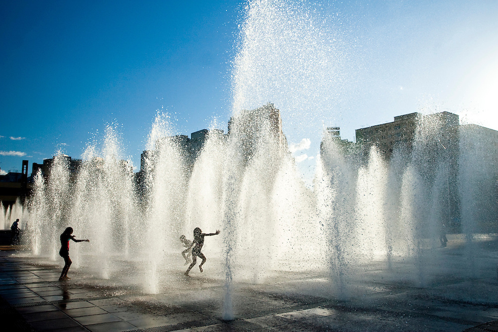 Belo Horizonte_MG, Brasil..Praca da Estacao em Belo Horizonte. Na foto, criancas banhando no chafariz.. .Estacao square in Belo Horizonte. In this photo, children bathing in a fountain...Foto: JOAO MARCOS ROSA /  NITRO
