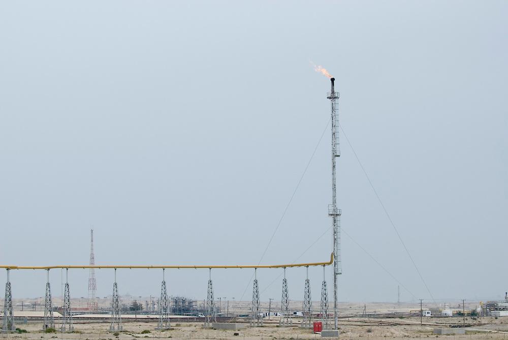 Bahrain, Erdölfeld mit Pipeline; Oil field