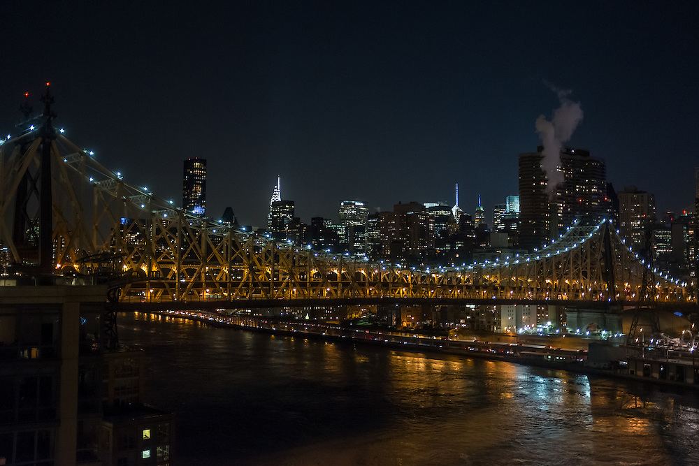 Manhattan seen from Roosevelt Island, with the 59th Street Bridge in the foreground.