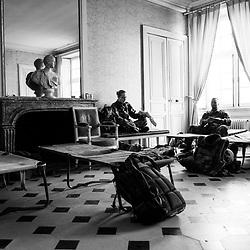vendredi 28 octobre 2016, 11h51, Versailles. Des militaires du 2eme Régiment de Dragons mangent les sandwichs composant leur déjeuner installés sur les lits de camp de la vigie du Chateau de Versailles.
