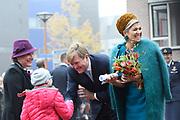 Koning Willem-Alexander en koningin Maxima brengen een streekbezoek aan Almelo en Noordoost Twente. Tijdens het bezoek staat het thema erfenis als toekomstkapitaal centraal. <br /> <br /> King Willem-Alexander and Queen Maxima bring a regional visit to Almelo and Northeast Twente. During the visit, the theme heritage as future capital center.<br /> <br /> op de foto / On the photo:  Aankomst Koning en Koningin bij het Stadhuis Almelo /// Arrival King and Queen at City Hall Almelo