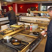 NLD/Huizen/20070918 - Restaurant bejaardentehuis de Bolder Huizen, koks aan het werk in de keuken