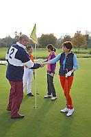CAPELLE aan de IJSSEL - Elkaar bedanken na een speelronde op de Capelse Golfclub. FOTO KOEN SUYK