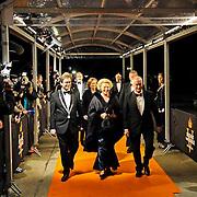 NLD/Katwijk/20101030 - Inloop premiere musical Soldaat van Oranje, aankomst Koninging Beatrix met burgemeester Jos Wienen (poolfoto:Edwin Janssen / Joris van Bennekom )