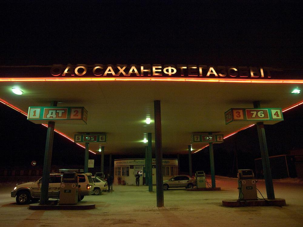 Tankstelle in einem Aussenbezirk der sibirischen Stadt Jakutsk an einem fruehen Morgen. Jakutsk hat 236.000 Einwohner (2005) und ist Hauptstadt der Teilrepublik Sacha (auch Jakutien genannt) im Foederationskreis Russisch-Fernost und liegt am Fluss Lena. Jakutsk ist im Winter eine der kaeltesten Grossstaedte weltweit mit bis zu durchschnittlichen Wintertemperaturen von -40.9 Grad Celsius.<br /> <br /> Fuel station during an early morning at the periphery of the Siberian city Yakutsk. Yakutsk is a city in the Russian Far East, located about 4 degrees (450 km) below the Arctic Circle. It is the capital of the Sakha (Yakutia) Republic (formerly the Yakut Autonomous Soviet Socialist Republic), Russia and a major port on the Lena River. Yakutsk is one of the coldest cities on earth, with winter temperatures averaging -40.9 degrees Celsius.