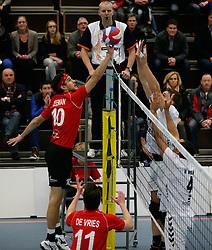 19-01-2013 VOLLEYBAL: EREDIVISIE PRINS VCV - TILBURG STV : VEENENDAAL<br /> Joren Zeeman, Prins VCV, Maarten Leune en Ryan Anselma, Tilburg STV<br /> ©2012-FotoHoogendoorn.nl / Pim Waslander