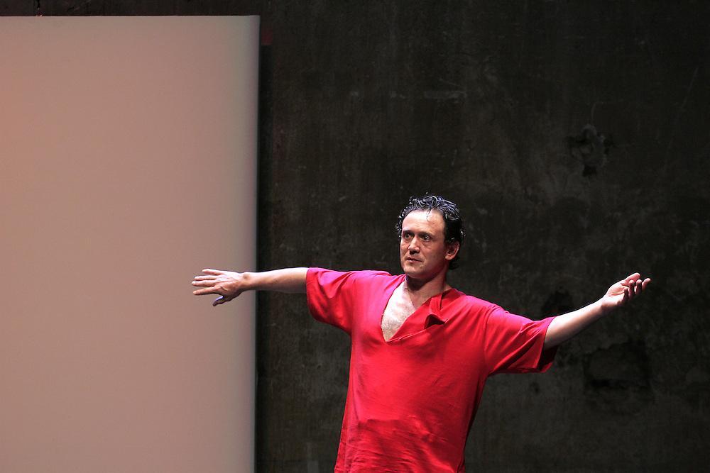 """""""journal d'inquietude"""".Conception et musique : Thierry Baë.avec : Thierry Baë .festival d'avignon 2006.photo : Arnold Jerocki."""