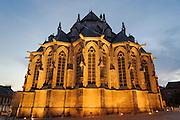 Beleuchteter Chor der Stiftskirche St. Waltrudis bei Dämmerung, Mons, Hennegau, Wallonie, Belgien, Europa   illuminated choir, abbey church Saint Waltrude, Mons, Hennegau, Wallonie, Belgium, Europe