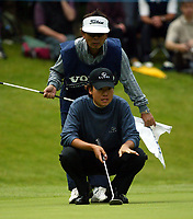 Photograph: Scott Heavey<br />Volvo PGA Championship At Wentworth Club. 25/05/2003.<br />Kevin Na lines up a putt.
