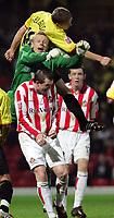 Fotball<br /> Foto: SBI/Digitalsport<br /> NORWAY ONLY<br /> <br /> Watford v Sunderland<br /> The Coca-Cola Football League Championship<br /> Vicarage Road.<br /> 19/10/2004<br /> <br /> Watfords Heider Helguson colides with Sunderlands goal keeper Mart Poom
