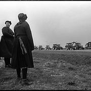 Nederland-Staphorst-03-05-1990.<br /> A28, file tractoren op weg naar protest in Den Haag.<br /> Bewoners van staphorst intraditionele kleding aanschouwen<br /> het bijzondere  schouwspel.<br /> Foto: Sake Elzinga