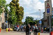 Fietsers bij een school in Utrecht.<br /> <br /> Cyclists near a school in Utrecht.