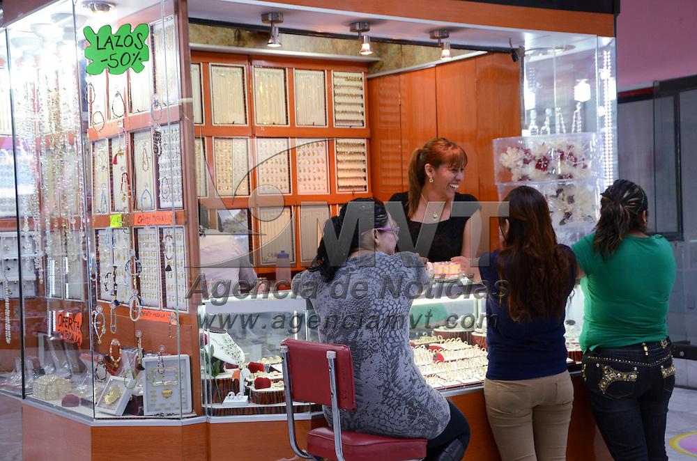 Toluca, México.- Comerciantes del Centro Joyero de Toluca, manifestaron que esperan que este 14 de febrero incrementen sus ventas en un 30 %, ya que han bajado demasiado y que los precios se mantengan y no se aumentan a pesar de que el material ha subido y la gente busca la economía. Agencia MVT / José Hernández