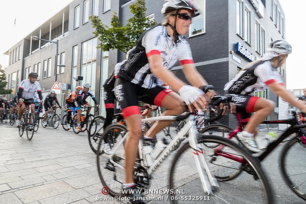 NLD/Almere/20160924 - Start fietstocht BN'ers trappen darmkanker de wereld uit,
