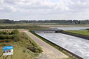 Nederland, Zeeland, Groede, 10-9-2019 Op het zeeuws vlaamse strand . De zeedijk bij Breskens . Er is een doorgang gemaakt om achter de dijk een getijdegebied, een nieuw natuurgebied, te laten ontstaan .Foto: Flip Franssen
