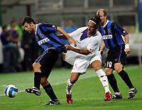 Fotball<br /> Italia<br /> Foto: Inside/Digitalsport<br /> NORWAY ONLY<br /> <br /> Milano 26/8/2006 <br /> Supercoppa Italiana Inter v Roma 4-3<br /> <br /> Walter SAMUEL Inter, Hossam MIDO Roma, Esteban CAMBIASSO Inter