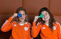 ZWOLLE - Carlien Dirkse vd heuvel en Roos Drost. Bitje happen voor de vrouwen van het Nederlands hockeyteam, Het aanmeten van een mondbeschermer. in aanloop van de Champions Trophy in Mendoza (Argentinie).  COPYRIGHT KOEN SUYK
