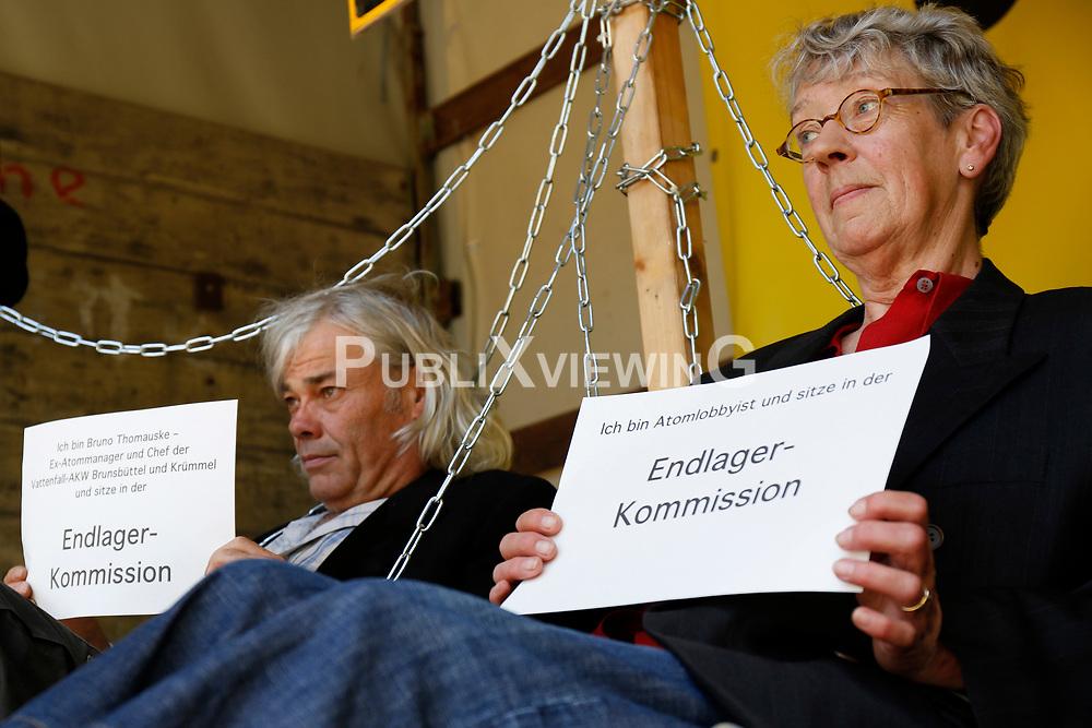 """Am 22. Mai 2014 nahm die Endlagerkommission die Arbeit auf. Dagegen hat die Bürgerinitiative Lüchow-Dannenberg in Berlin und in Gorleben protestiert. Die Kommission als Teil des Standortauswahlgesetzes suggeriere, dass die Endlagersuche neu gestartet werde. Statt wirklich einen Schlussstrich unter die Tricks, Lügen und Verdrehungen der letzen drei Jahrzehnte zu ziehen, bleibe Gorleben als Standort gesetzt, so die BI. Durch das Gesetz und das Beteiligungsverfahren - die Endlagersuchkommission - sollen Umweltverbände eingebunden werden, um Gorleben im Nachhinein zu legitimieren. """"Welch Zeitverschwendung"""", so die BI, """"dass nun zwei Jahre lang offen und versteckt über einen Standort gestritten wird, statt eine umfassende Atommülldebatte einzuleiten!"""" <br /> Ort: Gorleben<br /> Copyright: Michaela Mügge<br /> Quelle: PubliXviewinG"""