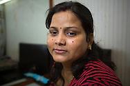"""Neetu Singh har just genomgått en ansiktisblekning. Hon är nöjd med resultatet och tycker att hon ser något ljusare ut.<br /> <br /> Tvåbarnsmamman Neetu Singh, 32, arbetar på skönhetssalongen Beauty Parlour i Mumbai. Hon bleker sitt ansikte och sina armar en gång i halvåret, oftast i samband med en större högtid. Orsaken är att se vitare ut. Lika ljus som personerna i reklamen och alla filmer. """"Det är egentligen ingen orsak bakom. Vi vill bara se vita ut."""""""