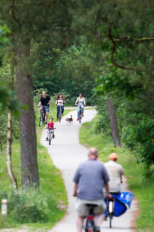 In Soest rijdt een gezin op de fiets.<br /> <br /> In Soest a family is cycling.