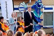 Koning Willem Alexander opent Koningsspelen in Lemmer. Dit jaar staat het thema water drinken centraal.<br /> <br /> King Willem Alexander opens King's Games in Lemmer. This year the theme is drinking water.<br /> <br /> Op de foto / On the photo: <br /> <br />  Koning Willem Alexander en Britt Dekker