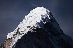 """THEMENBILD - Gipfel der Ama Dablam (6814 m). Wanderung im Sagarmatha National Park in Nepal, in dem sich auch sein Namensgeber, der Mount Everest, befinden. In Nepali heißt der Everest Sagarmatha, was übersetzt """"Stirn des Himmels"""" bedeutet. Die Wanderung führte von Lukla über Namche Bazar und Gokyo bis ins Everest Base Camp und zum Gipfel des 6189m hohen Island Peak. Aufgenommen am 21.05.2018 in Nepal // Trekkingtour in the Sagarmatha National Park. Nepal on 2018/05/21. EXPA Pictures © 2018, PhotoCredit: EXPA/ Michael Gruber"""