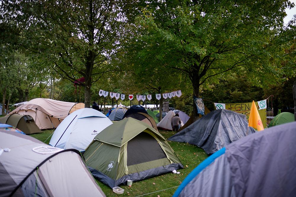 """Über zweitausend Aktivisten von Extinction Rebellion  (Rebellion gegen das Aussterben) zelten auf einem Klimacamp vor dem Kanzleramt in Berlin. Die Umweltschützer bereiten sich auf Blockade - Aktionen im Rahmen der """"Rebellionwave"""" vor, in der weltweit aus Protest gegen die Klimapolitik in Städten mit zivilem Ungegorsam der Autoverkehr blockiert werden soll.<br /> <br /> [© Christian Mang - Veroeffentlichung nur gg. Honorar (zzgl. MwSt.), Urhebervermerk und Beleg. Nur für redaktionelle Nutzung - Publication only with licence fee payment, copyright notice and voucher copy. For editorial use only - No model release. No property release. Kontakt: mail@christianmang.com.]"""