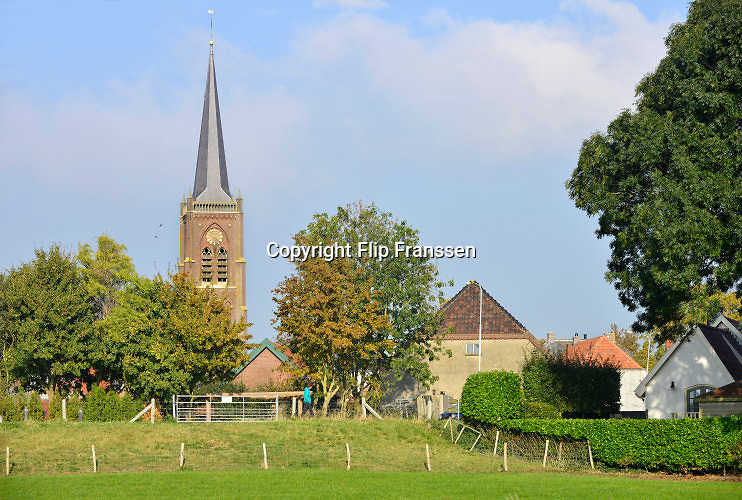 Nederland, Batenburg, 23-10-2016Het stadje Batenburg in de gemeente Wijchen heeft al lang stadsrechten . Het is een karakteristiek stadje langs de Maas met een mooi historisch centrum . Batenburg is een Nederlandse stad in het Land van Maas en Waal, behorend tot de Gelderse gemeente Wijchen. Het ligt westelijk van Wijchen aan de Maas. Batenburg telde in 2015 slechts 660 inwoners en wordt daarom meestal geduid als dorp maar heeft een verleden als stad, zelfs één van de oudste van Gelderland. Het historische Batenburg met zijn kasteelruïne is een beschermd stadsgezicht .Foto: Flip Franssen