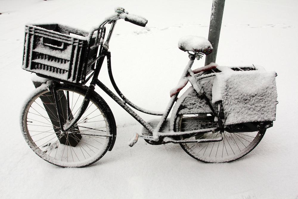 Een fiets in de sneeuw aan de Leliestraat in Utrecht.<br /> <br /> A bicycle covered by snow at the Leliestraat in Utrecht.