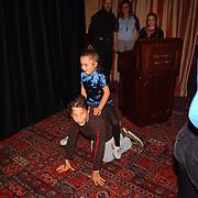 Onthulling wassen beeld Herman Brood, dochter Lola paardje spelen