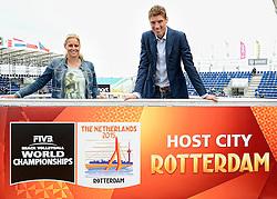 15-07-2014 NED: Persconferentie FIVB Grand Slam Beachvolleybal, Scheveningen<br /> Toernooidirecteur Bas van de Goor en Rebekka de Kogel-Kadijk onthullen het logo voor het WK Rotterdam