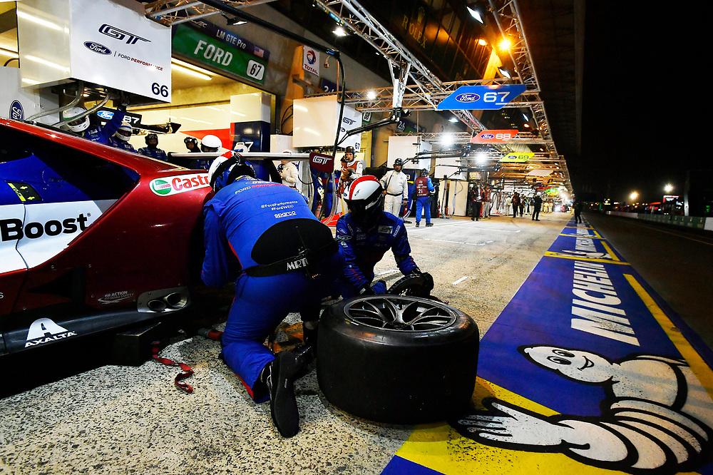 #66 Ford Chip Ganassi Racing Ford GT: Stefan Mücke, Olivier Pla, Billy Johnson, pit stop<br /> Thursday 14 June 2018<br /> 24 Hours of Le Mans<br /> 2018 24 Hours of Le Mans<br /> Circuit de la Sarthe  FR<br /> World Copyright: Scott R LePage